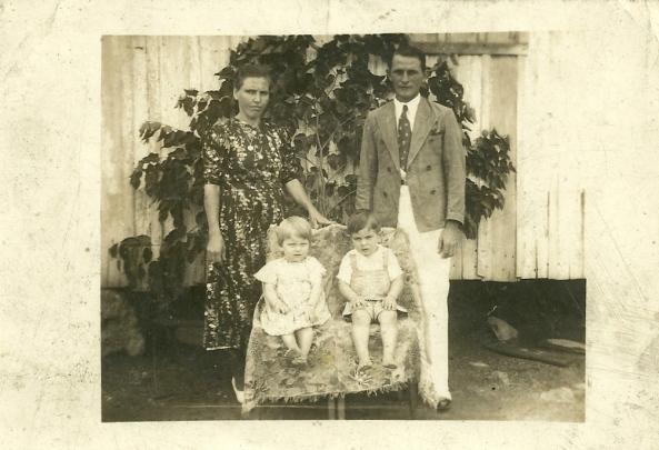 Angelo e Julia Bonecher e seus 2 filhos Antonio e Anisia Bonecher