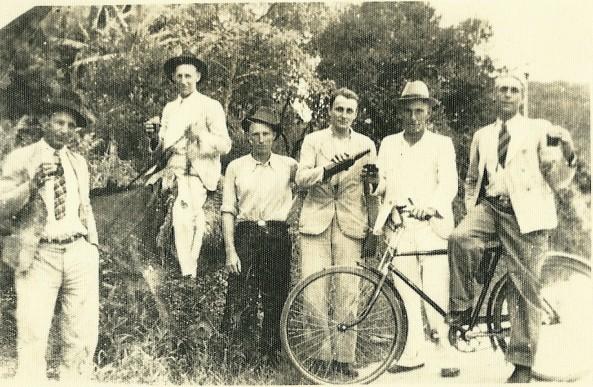 Francisco Demonti em cima do cavalo e amigos ao redor.