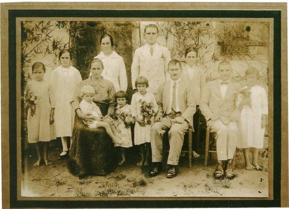 Florentina, Reala, Angelo, Basilio, Marta, frente Carlos nenem, Bernarda, Enriqueta, Anunciata Tamanini Bonhecer, José Bonecher, sentado Eliseu