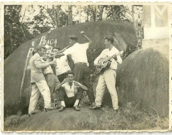 Osmar Sgrott (Pinho), Valdemiro Cipriani, (Atrás) Galdino Feller, sentado Ercilio Darós, Dionisio Cadori, Ciro Cadorin, Pedra Morro da Cruz - 1965