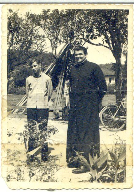 ernando Piva e padre José Inácio Piva de fronte a casa da família na Rua Florianópolis