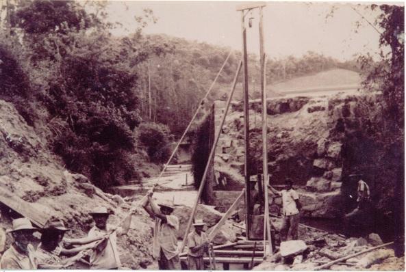 Ponte sendo construída por pedreiros do município.