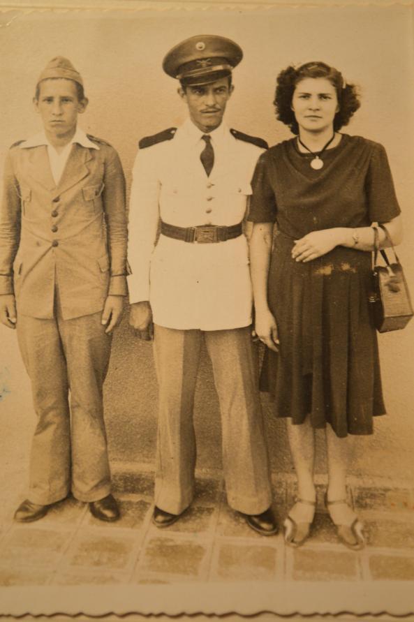 Década de 40. A esquerda soldado Eliseu Cadorin. No centro Sargento Lino Cadorin e a direita sua esposa Otília Cadorin.